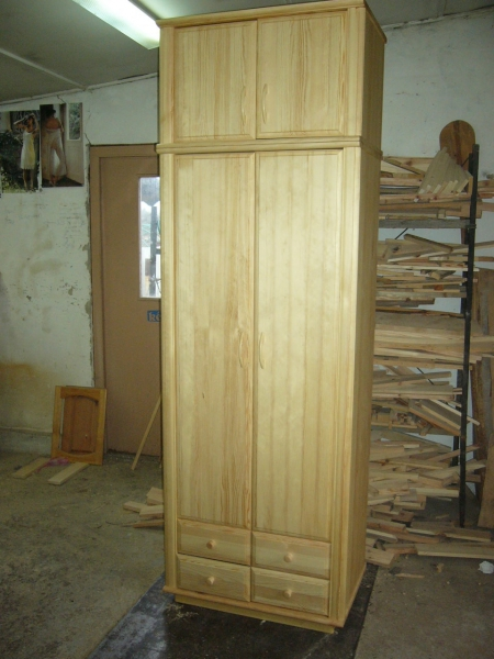 2 ajtós fenyő szekrény